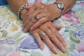 dłonie starej kobiety z wykonanym manicure
